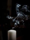 Rook die uit een geblazen uit kaars komen Stock Foto's