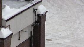 Rook die van een schoorsteen in de winter opheffen stock footage