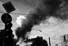 Rook en brand in de stad Royalty-vrije Stock Afbeeldingen
