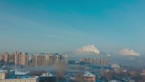 Rook en mist over de stad stock video