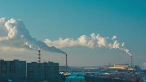 Rook en mist over de stad stock footage