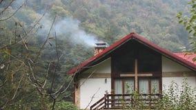 Rook op de schoorsteen van huis Royalty-vrije Stock Afbeelding