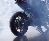 Rook van de aanvang motobike stock fotografie
