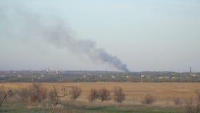 Rook van een brand in afstand stock video