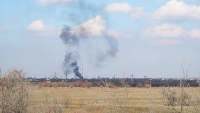 Rook van een brand in afstand stock footage