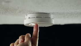 Rookdetector op het plafond stock videobeelden