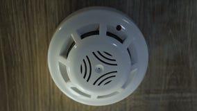 Rookdruppeltjes boven het plafond Rookdetector met opvlammende rode indicator stock video
