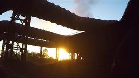 Rookgaspijpen bij zonsondergang stock footage