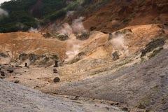 Rookopeningen die van de earth'soppervlakte ontsnappen in Helvallei Jigokudani stock afbeeldingen