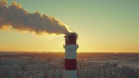 Rookslag uit schoorsteen bij thermische elektrische centrale in midden van stad in dollygezoem stock video