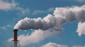 Rookstapel van industriële schoorsteen, luchtvervuilingsprobleem stock footage