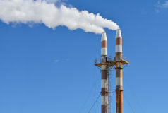Rookstapels die de hemel verontreinigen Stock Foto's