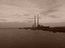 Rookstapels langs Dublin Harbor in Sepia Stock Afbeeldingen