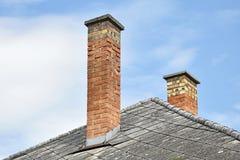 Rookstapels op het dak van een gebouw Royalty-vrije Stock Fotografie