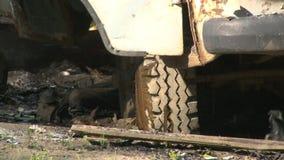 Rookwiel van een brandende auto stock footage
