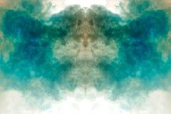 Rookwolken van zich het multi-colored rook verspreiden op een witte achtergrond en het stijgen als vlammen die van blauwe en witt royalty-vrije stock afbeelding