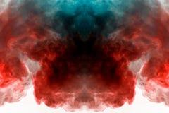 Rookwolken van zich het multi-colored rook verspreiden op een witte achtergrond en het stijgen als vlammen die van oranje-blauw e stock fotografie