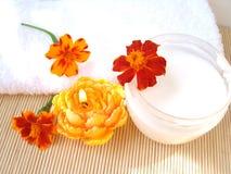 Room en kaars met bloemen Stock Afbeeldingen