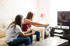 Roomates jouant des jeux vidéo Photo libre de droits