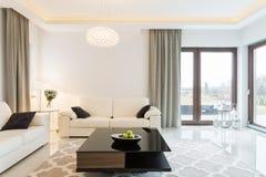 Roombank in woonkamer Stock Afbeeldingen