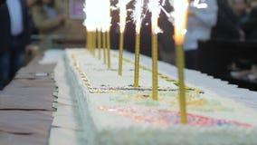 Roomcake met binnen kaarsen op daggeboorte van winkelcentrum, Feestelijk vuurwerk ter ere van vakantie, Vonk van vuurwerk stock video