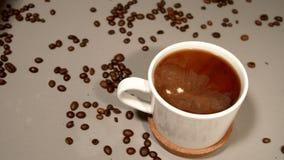 Roomgootsteen in vers gebrouwen koffie stock videobeelden