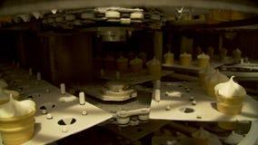 Roomijs automatische productielijn stock video
