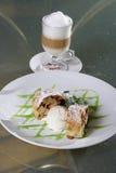 Roomijs, dessert en cappuccino's Royalty-vrije Stock Foto's