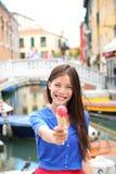 Roomijs die vrouw in Venetië, Italië eten Royalty-vrije Stock Afbeelding