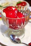 Roomijs gegoten frambozenstroop Stock Fotografie