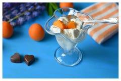 Roomijs met abrikozen en suikergoedharten Royalty-vrije Stock Foto