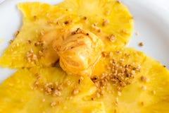Roomijs met ananas en muesli Royalty-vrije Stock Foto
