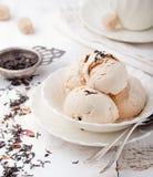 Roomijs met aroma van de Graaf het grijze thee Witte ceramische kom Stock Foto