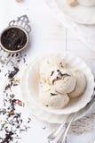 Roomijs met aroma van de Graaf het grijze thee Witte ceramische kom Stock Afbeelding
