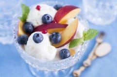 Roomijs met bessen en vruchten Stock Foto