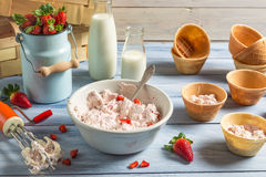 Roomijs met gemengde yoghurt en aardbeien wordt gemaakt die Stock Afbeeldingen