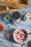 Roomijs met gemengde yoghurt en bosbessen wordt gemaakt die Stock Foto's