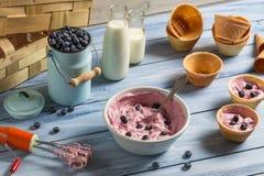 Roomijs met gemengde yoghurt en bosbessen wordt gemaakt die Royalty-vrije Stock Fotografie