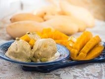 Roomijs met mango en noten stock afbeelding