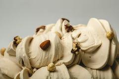 Roomijs met verschillende soorten noten in het metaaldienblad Stock Foto