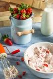 Roomijs met yoghurt en aardbeien wordt gemaakt die Royalty-vrije Stock Fotografie