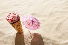 Roomijs op strand in zandconcept Stock Afbeeldingen
