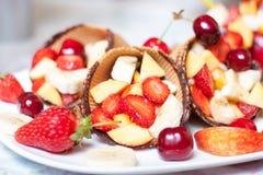 Roomijsaardbei met vruchten Stock Foto's
