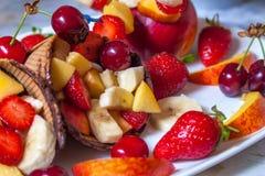 Roomijsaardbei met vruchten Stock Afbeeldingen