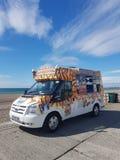Roomijsbestelwagen langs de strandboulevard van Brighton stock foto