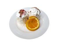 Roomijsdessert met oranje plak in een schotel stock foto's