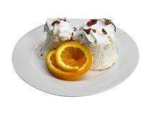 Roomijsdessert met oranje plak in een schotel royalty-vrije stock foto's