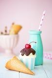 Roomijsijscoupe cupcake Stock Afbeeldingen