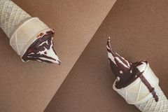 Roomijskegels op bruine chocoladeachtergrond Stock Foto's