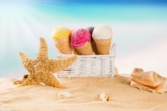 Roomijslepels op strand royalty-vrije stock afbeeldingen